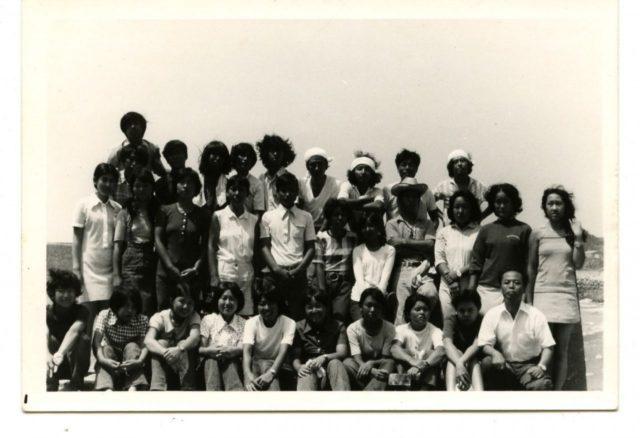 高校1年美術部合宿時の写真。 最後列向かって右から三番目が森村さん。