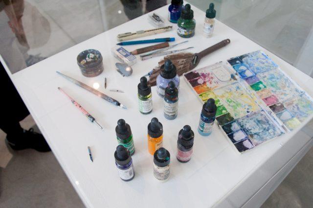 池田学さんが使っている画材。たったこれだけで全ての作品を制作しています。ペンは丸ペンを使用し、多い時には1日1本もペン先を変えるとか。