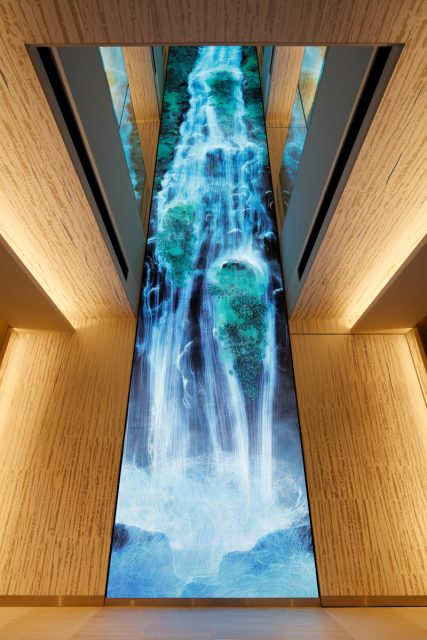 チームラボ《Universe of Water Particles on the Living Wall》 (C) KOZO TAKAYAMA