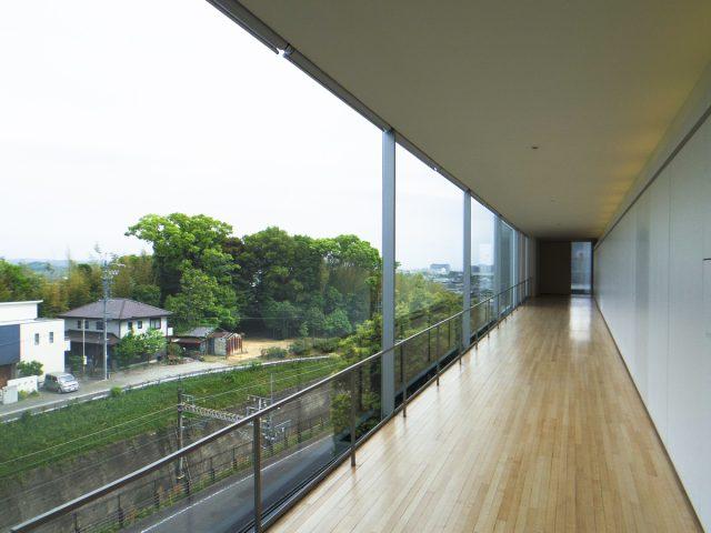 展示室と展示室の間の通路からは豊田市内を一望できます