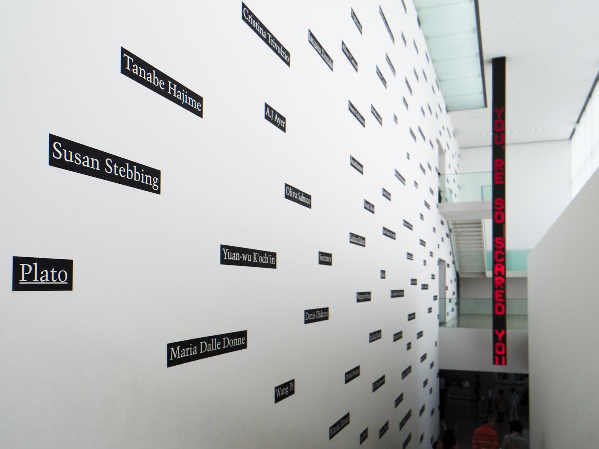 正面入り口から館内に入るとすぐ出迎えてくれるのが、高い壁一面を覆うジョセフ・コスース《分類学(応用) No.3》とジェニー・ホルツァー《豊田市美術館のためのインスタレーション》