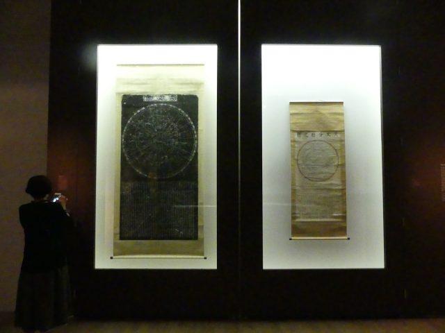 淳祐天文図(中国11世紀)と天文分野之図(日本15世紀)。時代を、場所を超えて宇宙を見つめ続ける。