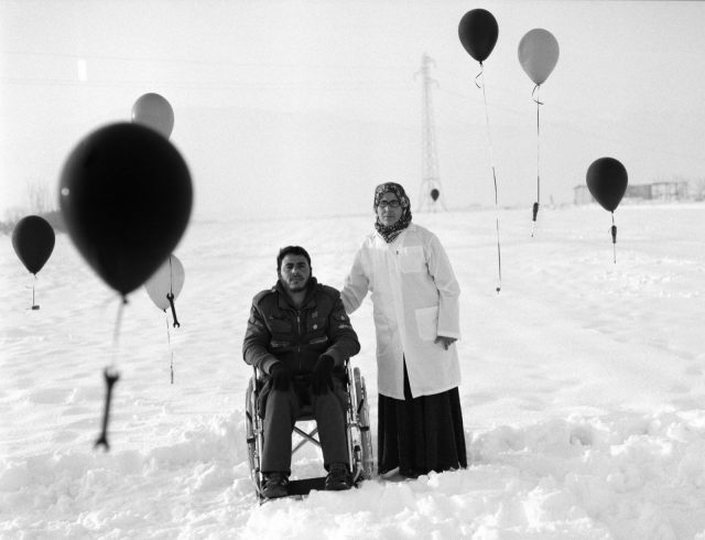 時々お医者さんではなく自動車整備士と話しているように感じることがあります。私たちは難民は機械ではありません、人間です。Omar Imam, Live, Love, Refugee series- Untitled, 2015 © Omar Imam.