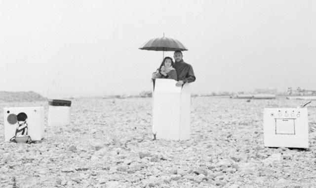 レバノンでは私たちの居場所はとても狭かったです。狭さに慣れてしまったので、広い空間にいると不安を感じます。Omar Imam, Live, Love, Refugee series- Untitled, 2015 © Omar Imam.
