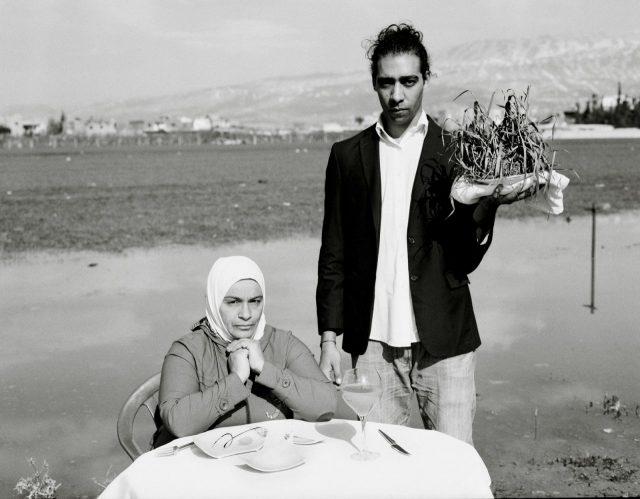 食べれるものは雑草しかありませんでした。雑草は喉を通りません。しかし子供達に雑草を食べ物として受け入れてもらうために、私は無理矢理飲み込みました。Omar Imam, Live, Love, Refugee series- Untitled, 2015 © Omar Imam.
