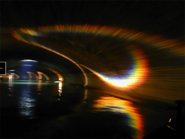 「光のエコー」 パリ・フランス 2000年 パリ市依頼の公共空間アート(常設)としてサンマルタン運河地下水道内に制作。プリズムによって生まれる虹の光が音の響きと共に石壁を伝う。この洞窟をバトー・ムーシュが通る。