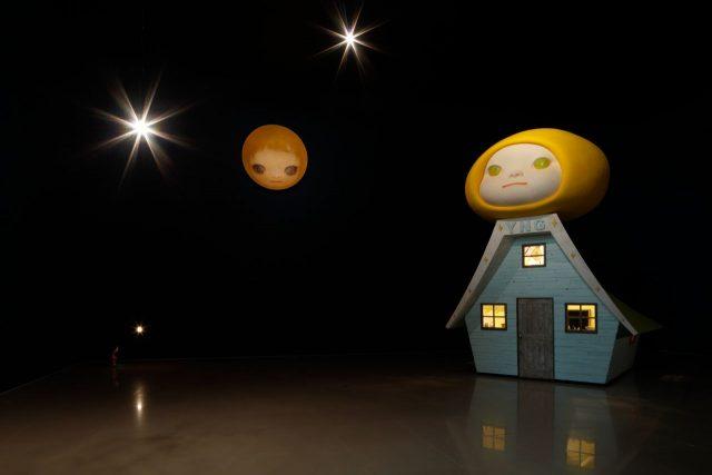 《Voyage of the Moon(Resting Moon)/Voyage of the Moon》2006 金沢21世紀美術館での展示のために大阪のクリエイティブユニットgrafと共に制作された作品。作品の中にも入ることができる。頭上には 《Lonely Moon/Voyage of 写真:木奥恵三
