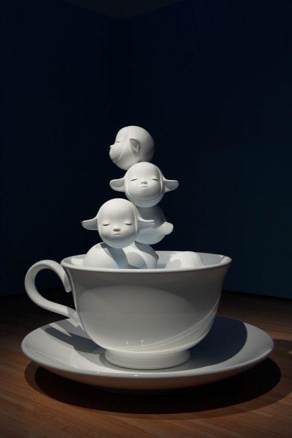 《Fountain of Life》2001/04 目からこぼれる涙が、カップの中の泉に流れ落ちる音が響く 写真:木奥恵三