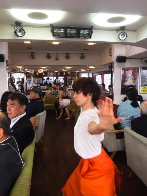 船内ではNPO DANCE BOXのパフォーマンス《ダンスの天地》があります。
