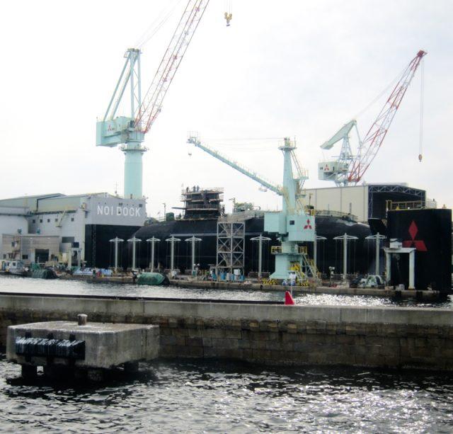出航してすぐに見えてくる三菱の工場。潜水艦がドックに入っています。 神戸でしか見られない景色です。