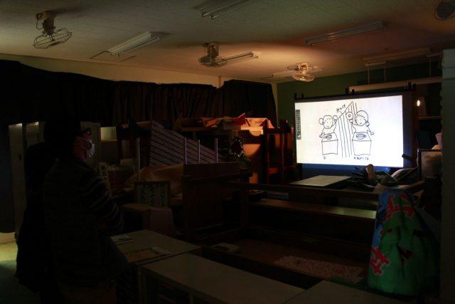 荷物置き場を予定していた展示スペースでは、作品のコンセプトが映像で紹介された