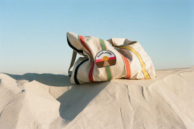 「وافقتکم السلامة=bon voyage(良い旅を)」とアラビア語で書かれたクウェートのハンドメイドトートバック