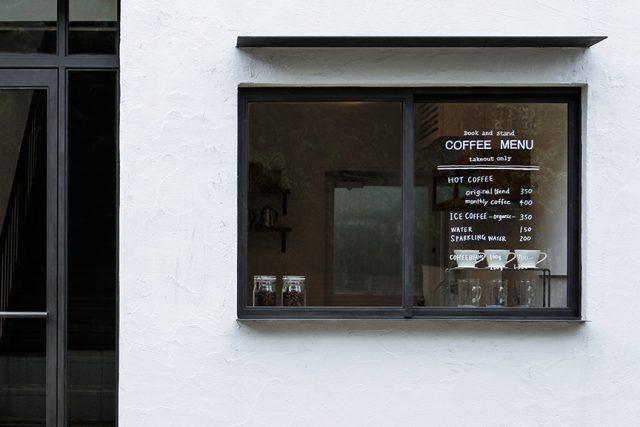 コーヒースタンド・BOOK AND STANDの厳選された豆をドリップしたコーヒーを味わいながら、外に置かれたベンチで一息。