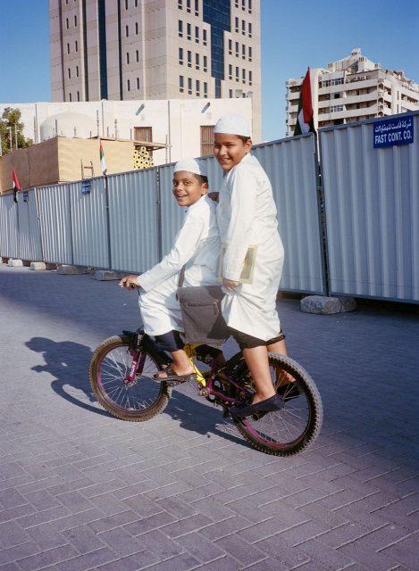 Dubai x 住  何気ないドバイの路地で撮られた一枚の写真。ドバイと言えば高層ビルが立ち並ぶ風景を思い浮かべますが、路地裏では伝統的な服装で楽しく遊ぶ地元の子ども達の声が聞こえてきます。急速に開発が進む特殊な環境で育つ彼らは、伝統と新しい文化の間で新しいドバイを築いていくのでしょう。