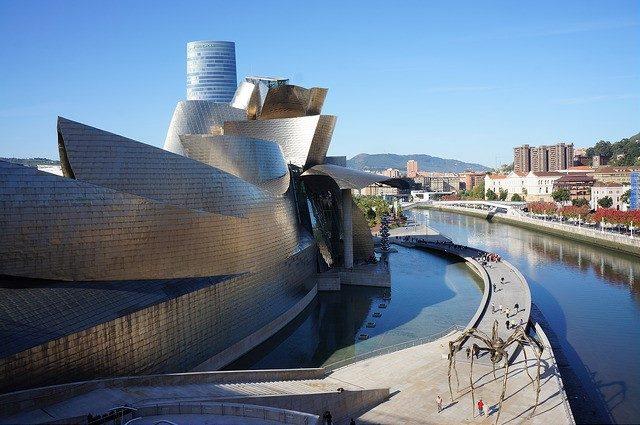 建物自体がモダンアートの極致!「ビルバオ・グッゲンハイム美術館」
