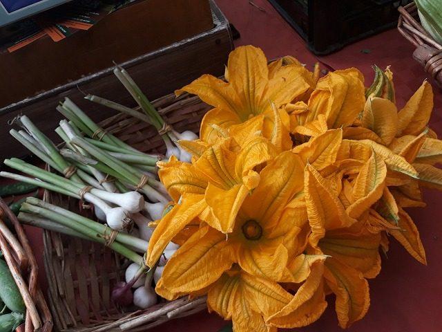 ローマ南部カステッリ・ロマーニ地方の農家直営市場で販売されるズッキーネの花