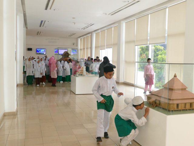 クアラルンプールのイスラム美術館ではイスラム学校の生徒達が自由に鑑賞していました。
