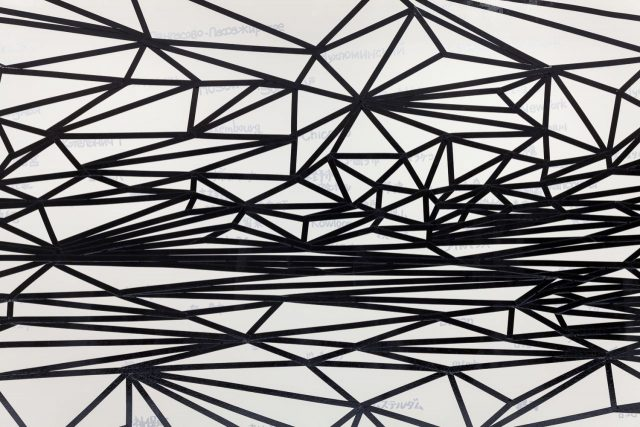 「ART IN THE OFFICE 2018」作品 金子未弥/「見えない地図を想像してください」 2018年/インク、ビニールテープ、グロスポリマー/8700mm×1690mm