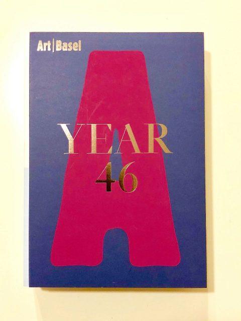 アートバーゼルブック(図録) YEAR46は2015年度当時のもの。VIPカードを所有者だけに配布。前年度の3会場のアートフェアの詳細や写真が掲載されている。A4サイズ、厚さ5.5cm、重さ2.8kg!!購入すると日本円で約8,000円。