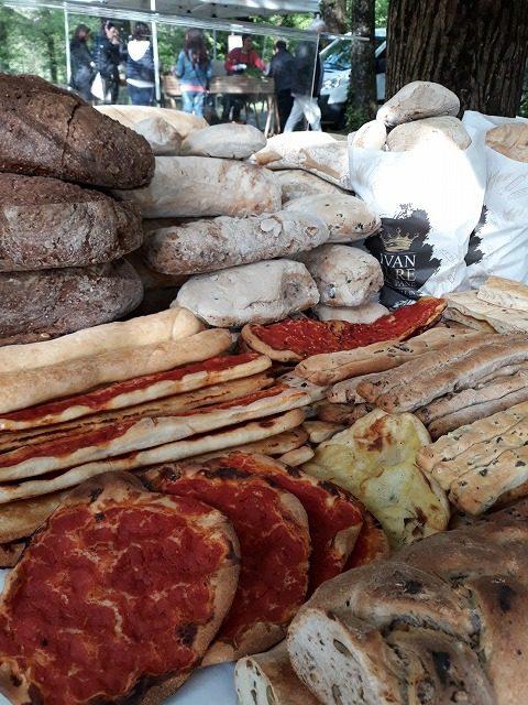 ローマ郊外の青空市場で売られるパンやピザ