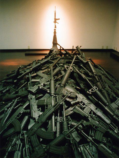 榎忠《AK-47/AR-15》2000年 撮影:榎忠  ©Chu Enoki