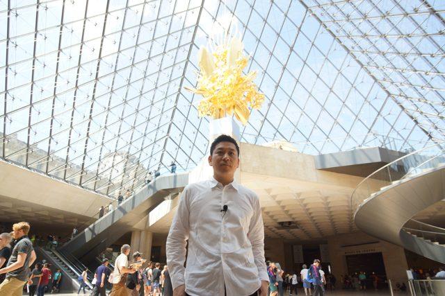 彫刻家 名和晃平 ルーブル美術館ガラスのピラミッド地下にて