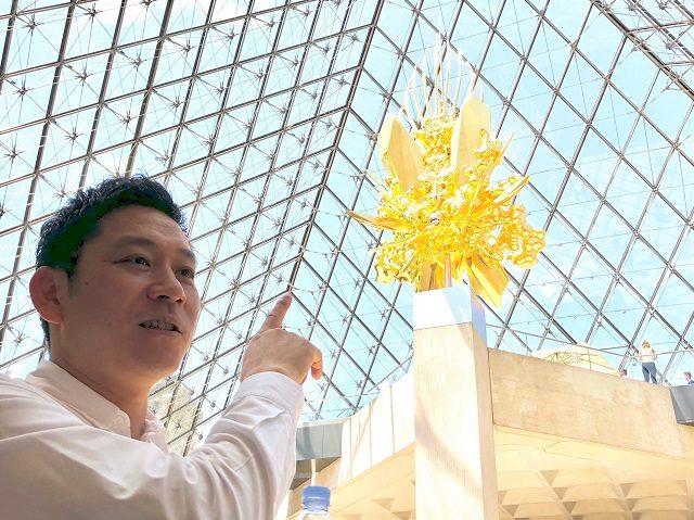 ルーブル美術館の地下で作品の説明をする名和晃平