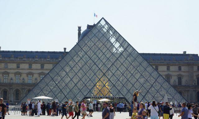 ガラスのピラミッド外観と外側から見た《Throne》、とにかくこの空間に映える。