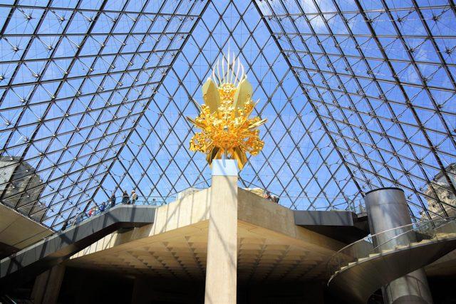 ガラスのピラミッド地下から《Throne》を見上げてみる。人の大きさと比べても大きいのがわかる。設置場所の耐荷重は3tでギリギリ。