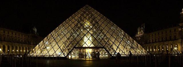 闇夜に浮かび上がる《Throne》とガラスのピラミッド。夜中の1時まで毎日欠かさず6か月間ライトアップされる。パリの夜は遅く22時頃にならないと暗くならない(7月時点)。