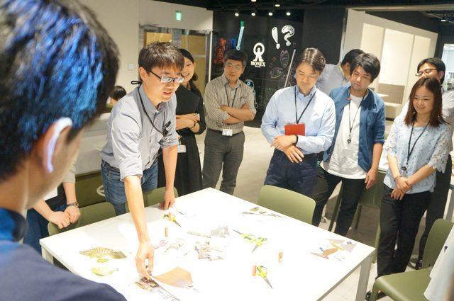「ART IN THE OFFICE」のワークショップに参加するマネックス社員