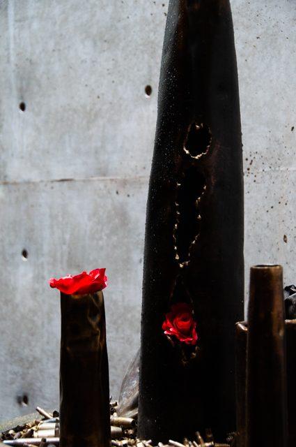 ギャラリー島田 榎忠展 [MADE IN KOBE] にて展示されていた薬きょうには花が生けてあった。