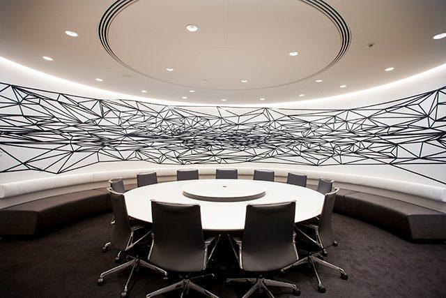 マネックス証券株式会社 プレスルーム(GALAXY) 「ART IN THE OFFICE 2018」作品 金子未弥/「見えない地図を想像してください」 2018年/インク、ビニールテープ、グロスポリマー/8700mm×1690mm