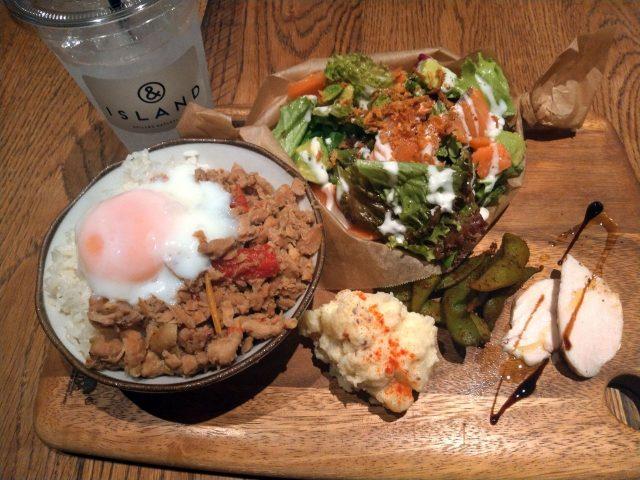 1プレートディナーとドリンクで注文したロッテルダム。ベリーと杏仁豆腐入りの夏らしい冷たいドリンクでした。