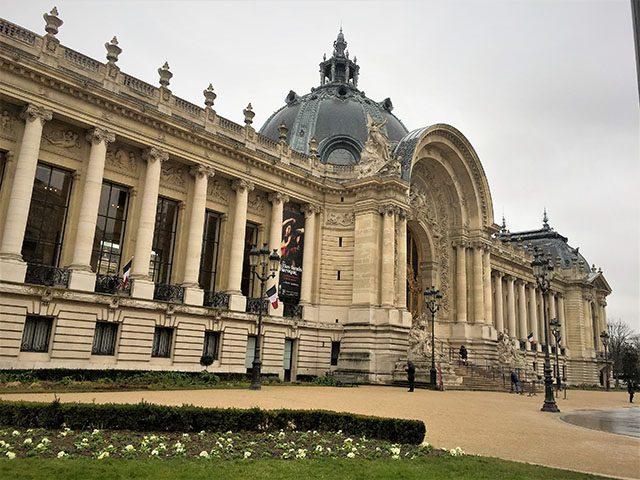 欧州初の大規模な伊藤若冲展 「若冲―〈動植綵絵〉を中心に」展が開催されるパリ市立プティ・パレ美術館。まったくプチではないものの、道路をはさんで向かいのクラン・パレと比較すると少しプチ。