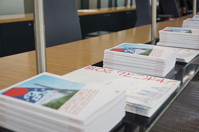「ジャポニスム2018」の公式パンフレット。冊子(小)はフランス語、冊子(大)は日本語のみ。