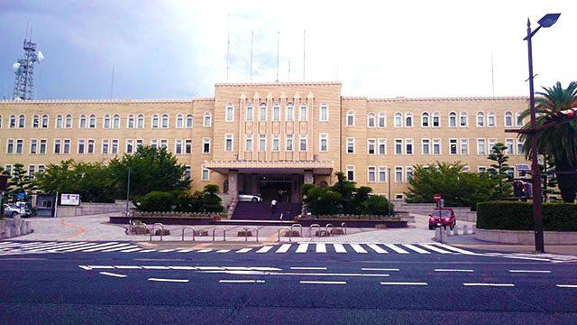 美術館から徒歩圏内の立地にある県庁は、2013年に国登録有形文化財にも選ばれています。昭和13(1938)年に本館が竣工、以降増築を重ね、現在の姿に。