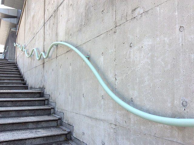 こちらの階段の手すりは紀の川の流れをイメージ。ここにも和歌山の歴史、自然との「共生」を意識したデザインが施されています。